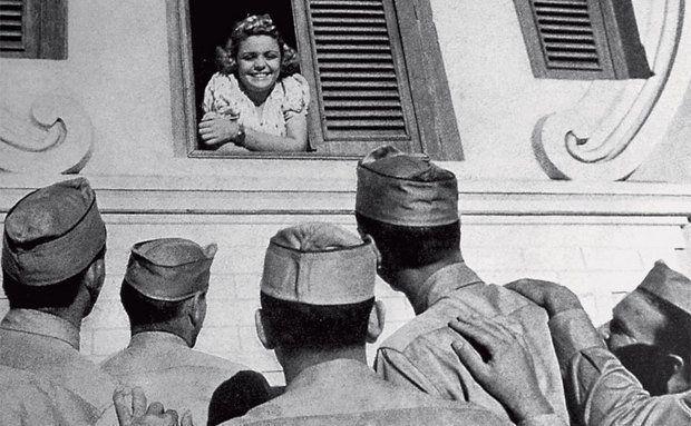 curiozzo.com-americanos-em-natal-janela-mulher