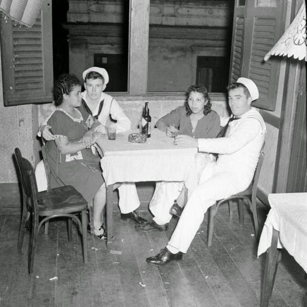 post-coisas-vida-boemia-Natal-anos-40-bar-1930-americanos-militares-marinheiros-bebendo-mesa