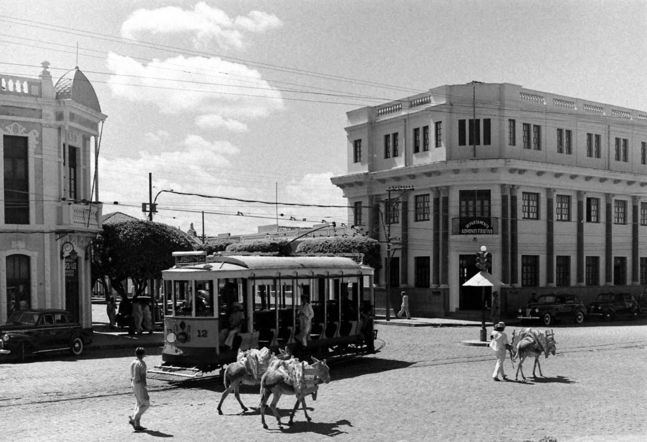 post-7-curiosidades-bondes-preto-e-branco-rua-avenida-esquina-bonde-antiga-duque-caxias-tavares-lyra-1941-1942-revista-life