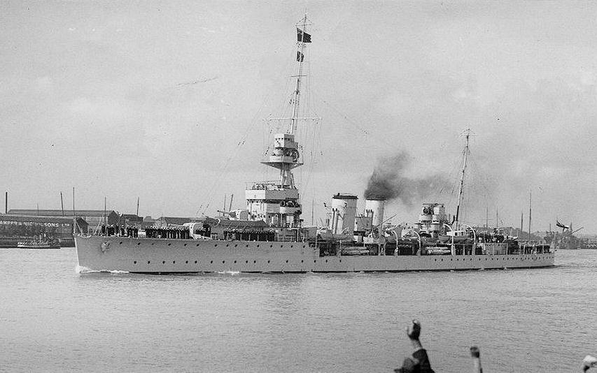 post-1a-partida-futebol-rn-o-navio-militar-ingles-Dauntless-entrando-num-porto-na-decada-de-1930-Tok
