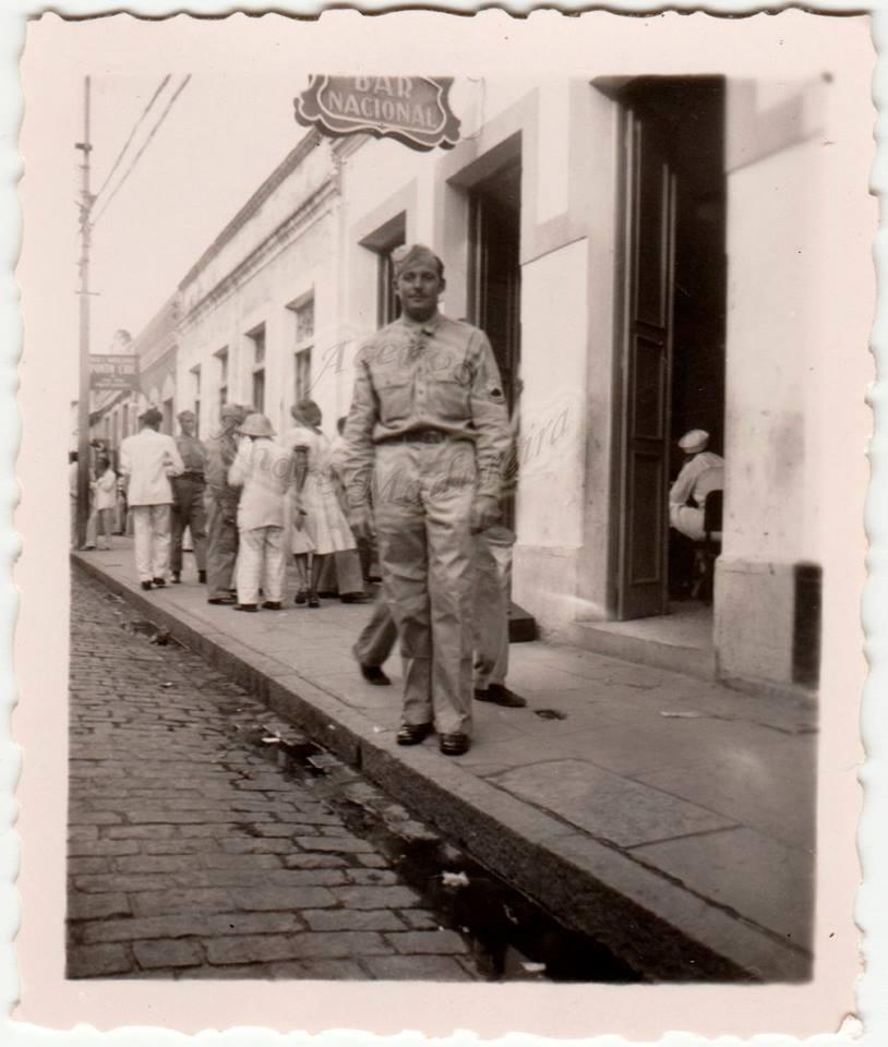 post-fotos-2a-guerra-explicacoes-soldado-americano-em-frente-bar-nacional