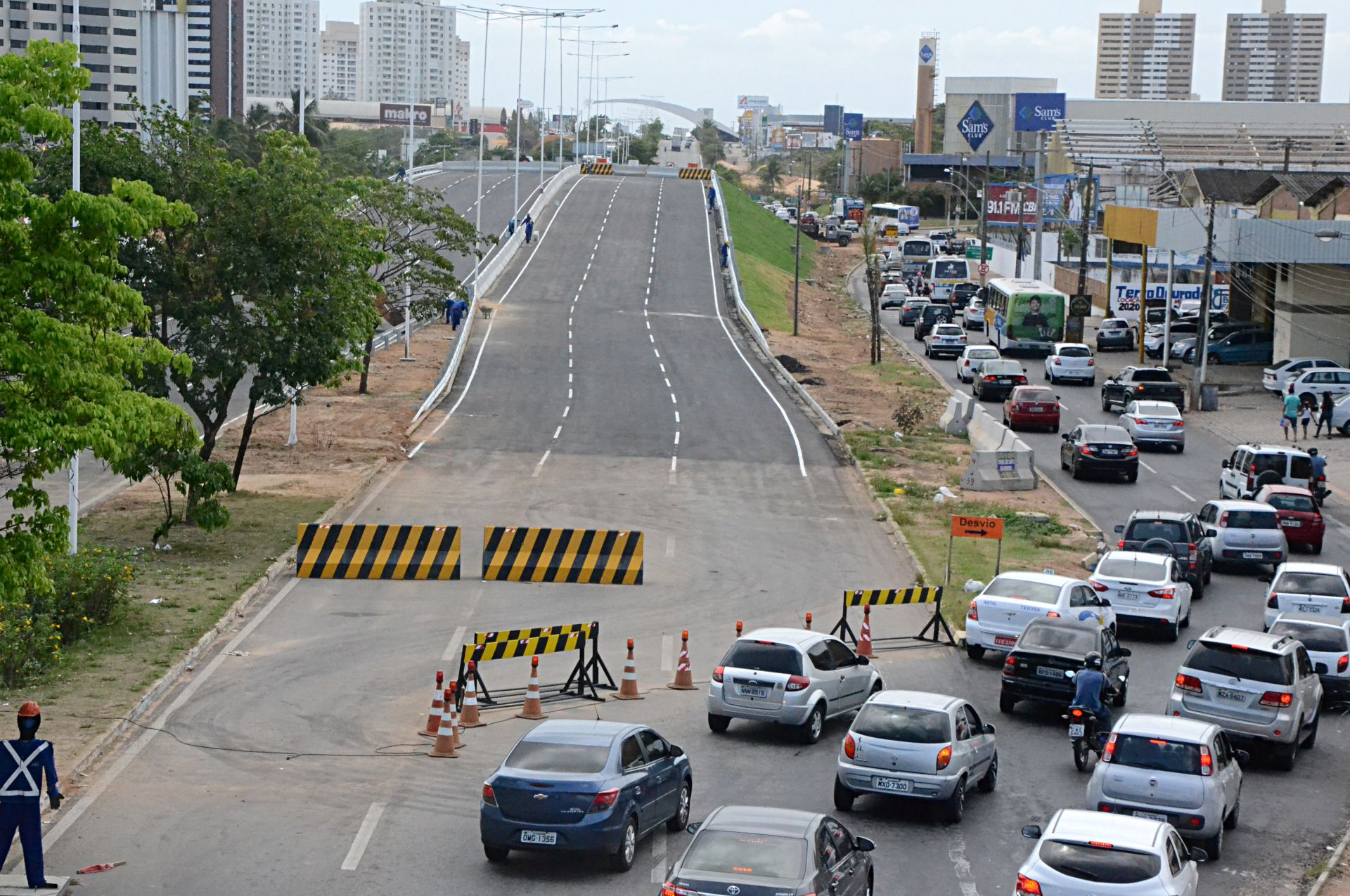 post-coisas-ja-aconteceram-natal-2017-viaduto-neopolis-rua-transito-carros-desvio