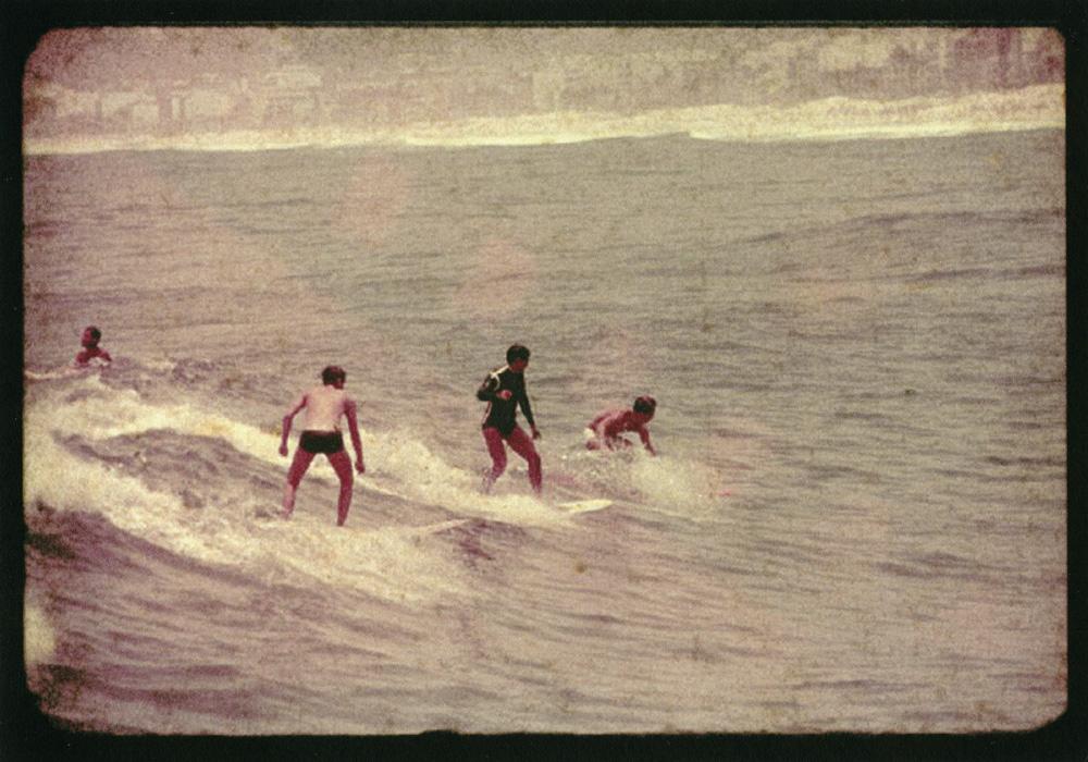 post-historia-surf-natal-surfistas-surfando-praia-mar-onda